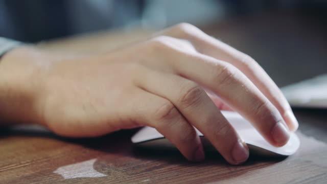 hand mit computer-maus - computermaus stock-videos und b-roll-filmmaterial