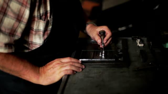 ręka z druk wypukły bloki - maszynopis filmów i materiałów b-roll