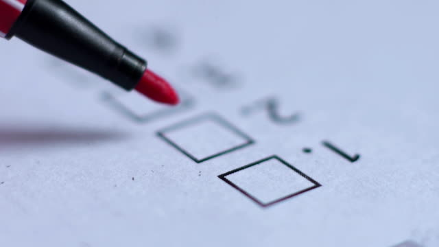vídeos de stock, filmes e b-roll de mão com caneta de formulário de inscrição - questionário
