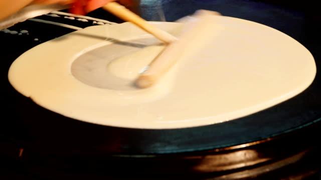 hand med specialverktyg matlagning pannkakor på plattan - crepes bildbanksvideor och videomaterial från bakom kulisserna