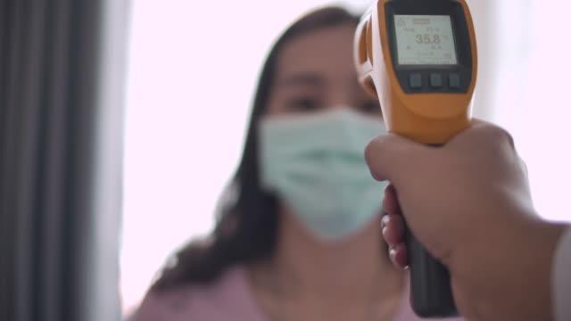 vidéos et rushes de main avec thermomètre vérifier la température - température