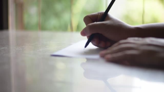 vídeos de stock e filmes b-roll de hand writing the letter. - caneta