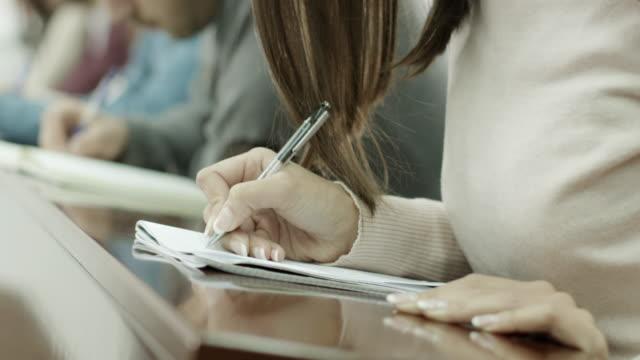 Mão escrevendo - vídeo