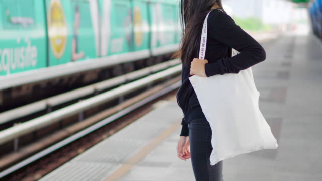 handbag in the girl's hand. - borsa della spesa video stock e b–roll
