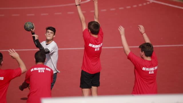 vidéos et rushes de joueur de handball, tir au but - lieu sportif
