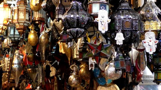 a mano luci e le lampade al mercato in marocco - souk video stock e b–roll
