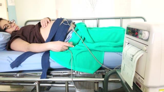 4k ms hand-gehaltene kamera: medizinisches gerät der schwangeren frau mit ctg-scanner im krankenhaus, vorsorge gesundheit. - medizinisches untersuchungsgerät stock-videos und b-roll-filmmaterial