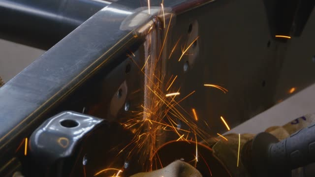hand-metall-oberflächenwinkelschleifer - kreissäge stock-videos und b-roll-filmmaterial