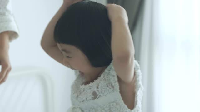 ハンドヘルド: 母と娘の踊り - child点の映像素材/bロール