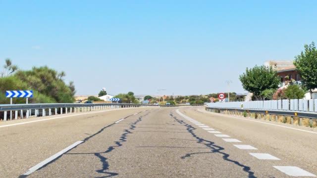vídeos de stock e filmes b-roll de handheld shot of driving view from car windshield on a highway - reto descrição física