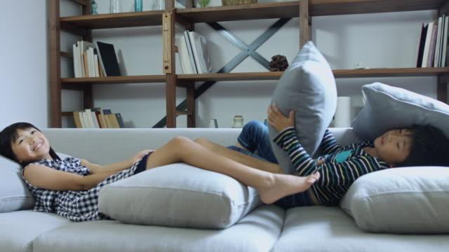 幼児ソファーでリラックスの手持ち撮影 - 兄弟点の映像素材/bロール