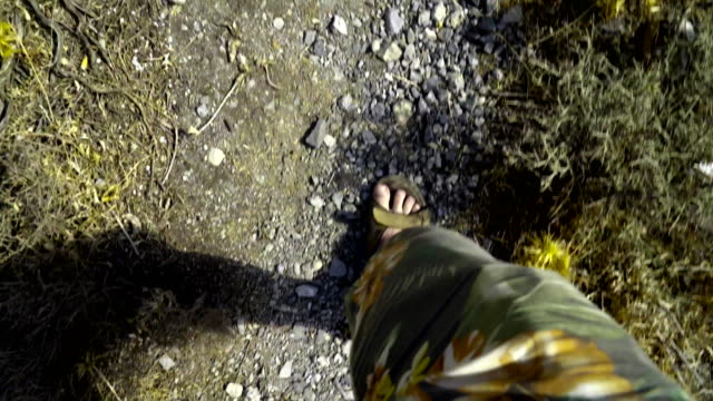 POV handheld trekking auf Felsen – Video