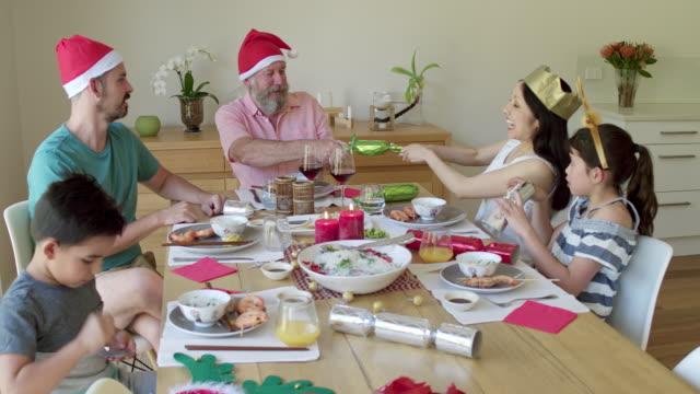 クリスマス クラッカーを引いて楽しんで豪家のハンドヘルド ビデオ ビデオ