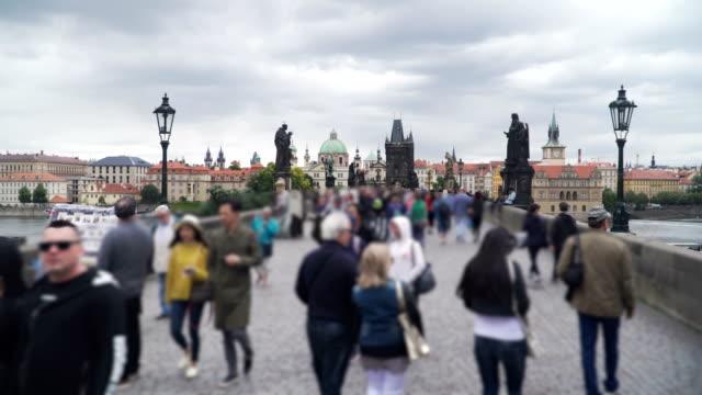 雨の日、チェコ共和国中のプラハのカレル橋のハンドヘルド歩行景色。 - チェコ共和国点の映像素材/bロール
