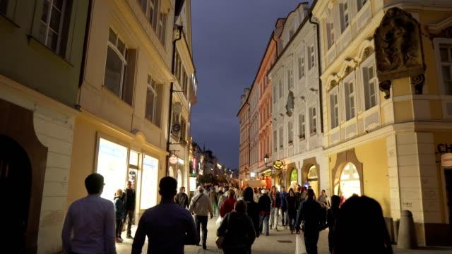 vidéos et rushes de vue de marche de poche sur la rue du marché local dans la vieille place contenant la foule de voyageur à prague le soir, république tchèque - prague