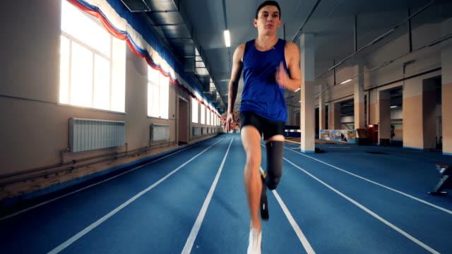 vídeos de stock e filmes b-roll de handicapped sprinter training on a track, bionic prosthesis. - membro