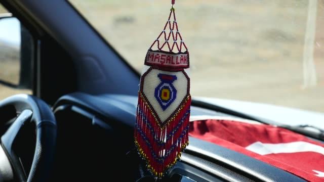 изделия ручной работы из разноцветных бусин, автомобильного зеркального орнамента, турецких ремесел, - white background стоковые видео и кадры b-roll