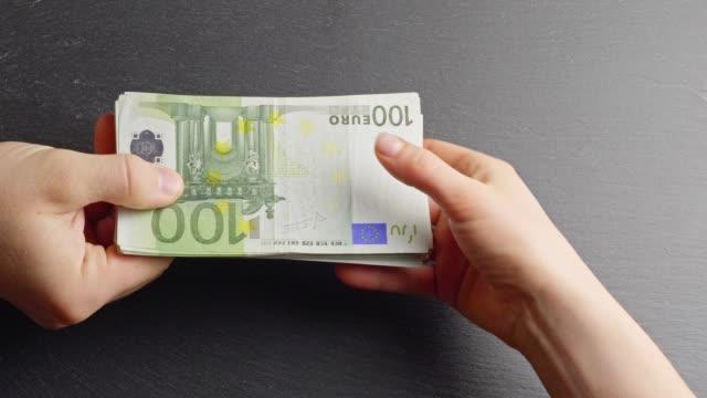 Handing over Ten-Euro-banknotes
