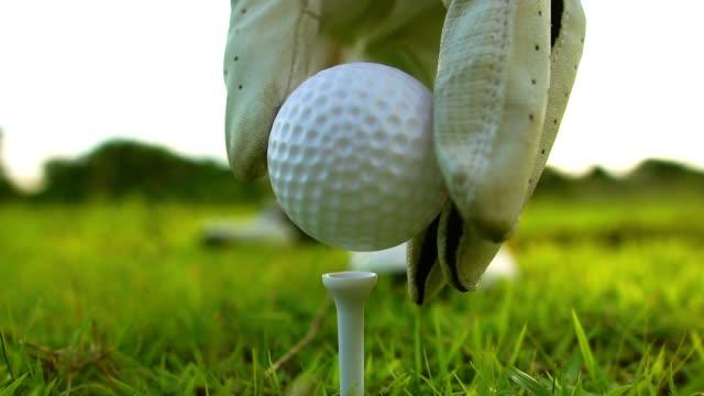 umgehen sie golfball platziert auf dem golf-pin - golf stock-videos und b-roll-filmmaterial