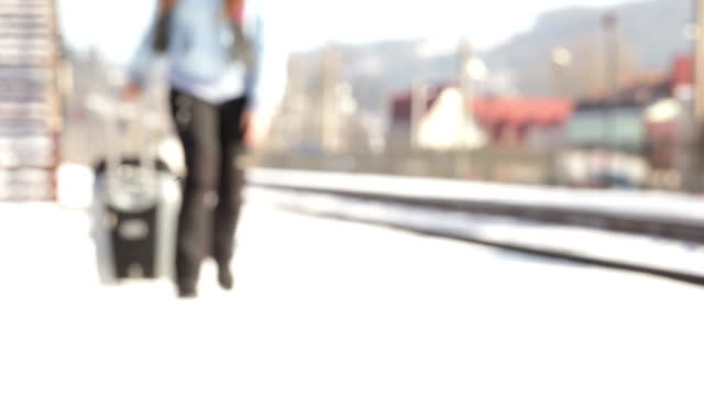 impugnatura valigia - donna valigia solitudine video stock e b–roll