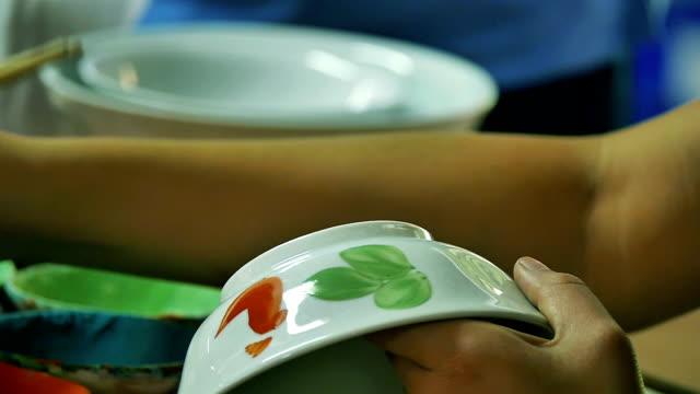vídeos y material grabado en eventos de stock de artesanos de cerámica de fábrica en la provincia de lampang - porcelana china