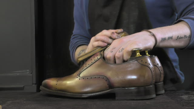 realizzata a mano da colorare e cura di calzature - scarpe video stock e b–roll