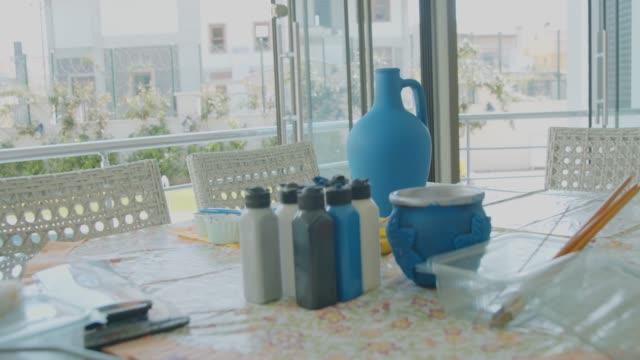 handgemachte dekorative vase - dekorative kunst stock-videos und b-roll-filmmaterial