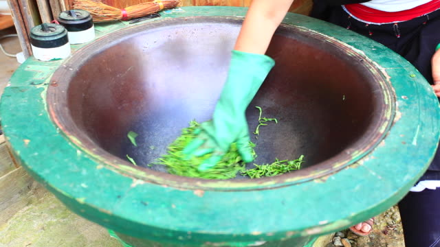 handmade fried teahandmade fried tea - longji tetian filmów i materiałów b-roll