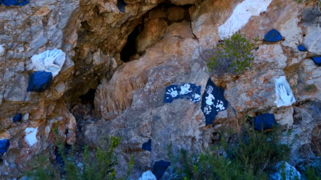 vídeos y material grabado en eventos de stock de huellas de mano (plantilla, patrón de la palma) e inscripciones en las piedras - memorial day