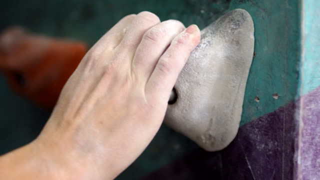 hände und schuhe von anonymen frau klettern auf indoor-wand - bouldering stock-videos und b-roll-filmmaterial