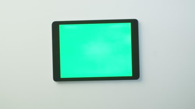 手是把 tablet pc 與綠色螢幕上白表並開始使用它。偉大的類比使用。 - tablet 個影片檔及 b 捲影像