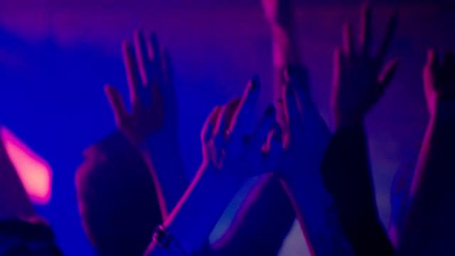 vídeos de stock, filmes e b-roll de mãos em uma festa em câmera lenta - dj