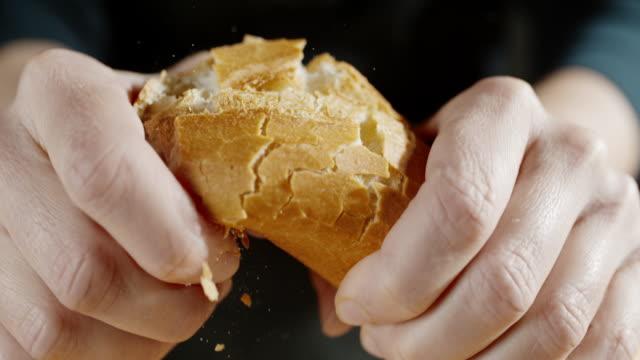 slo mo 손 반으로 바게트를 깨고 - 식빵 한 덩어리 스톡 비디오 및 b-롤 화면