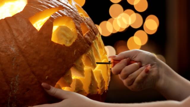 hands carving pumpkin close up aat night - pumpkin стоковые видео и кадры b-roll
