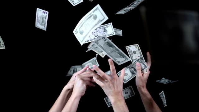 mani che cattura caduta di dollari (super rallentatore) - avvicinarsi video stock e b–roll