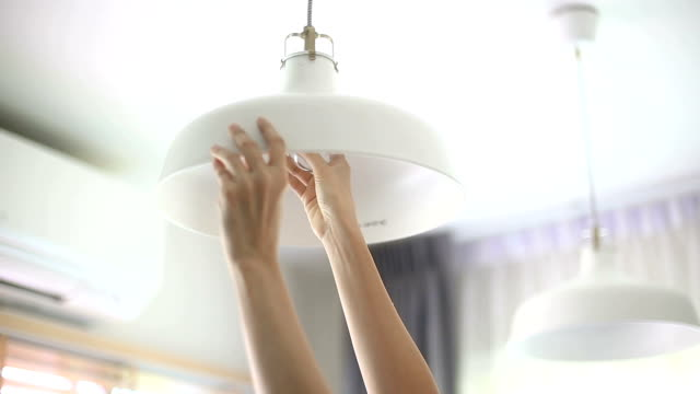 hände, die retro-lampe, led ändern. - led leuchtmittel stock-videos und b-roll-filmmaterial