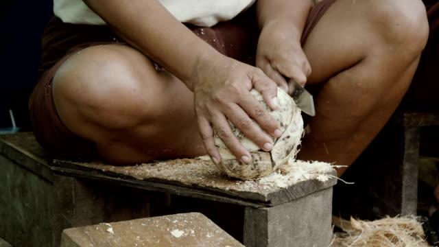Mains, hacher des noix de coco - Vidéo