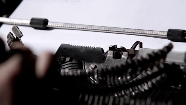 hände klatscht auf den tasten von einer alten schreibmaschine - storytelling videos stock-videos und b-roll-filmmaterial