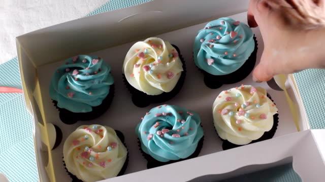 hands close a box of cupcakes. hd - готовый к употреблению стоковые видео и кадры b-roll