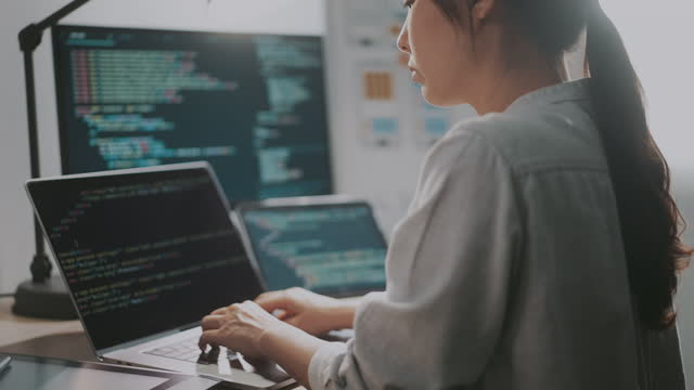 ラップトップの手コーディングはクローズアップします。ポータブルコンピュータを使用する女性。女性プログラマーがコードを書く - パソコン 日本人点の映像素材/bロール