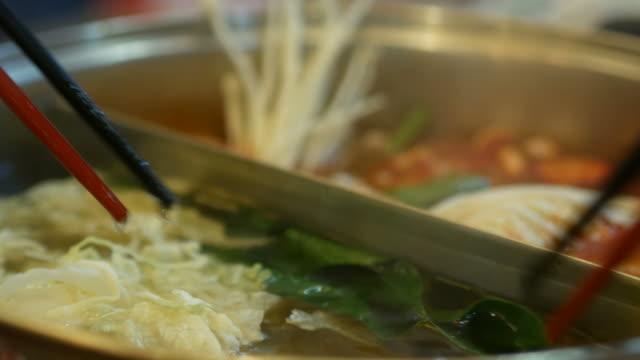 hand essen mit stäbchen, sukiyaki, shabu-shabu - japanisches essen stock-videos und b-roll-filmmaterial