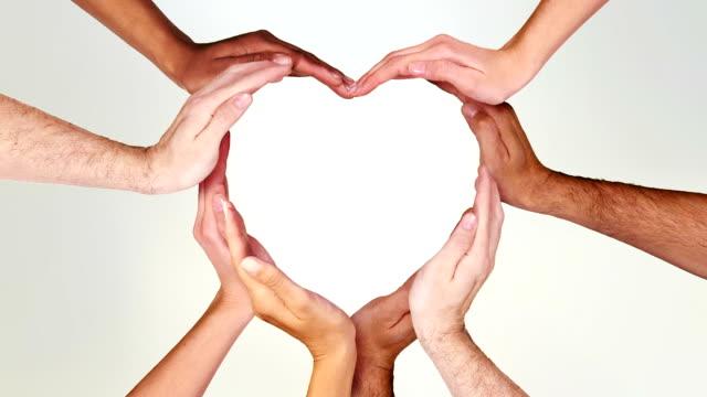 vídeos y material grabado en eventos de stock de manos formando un corazón. mate de luminancia. en bucle f111/f338. día de san valentín. - support