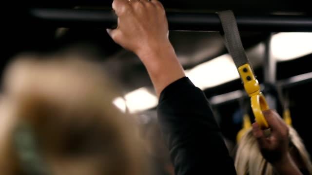 mani che tengono una piril nella cabina dell'autobus - autobus video stock e b–roll