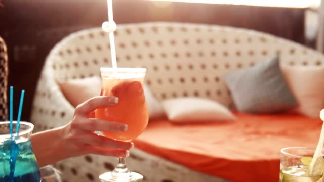 mani che tengono le bevande da vicino - happy hour video stock e b–roll