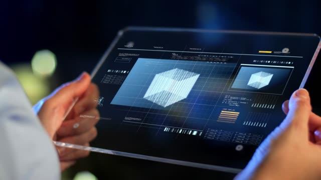 仮想投影でタブレット pc を保持する手 - ホログラム点の映像素材/bロール