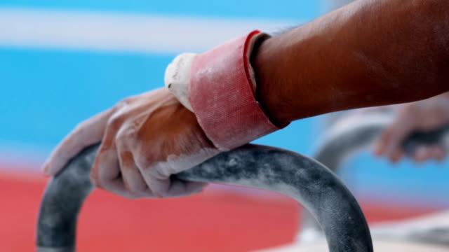 vídeos y material grabado en eventos de stock de manos sosteniendo los pomos - gimnasia