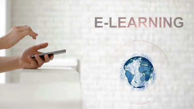 vidéos et rushes de mains de lancement hologramme de la terre et le texte de l'e-learning - étudiant(e)