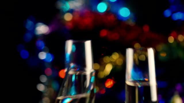hände machen cheers mit gläser champagner. die feier von weihnachten und neujahr - champagner toasts stock-videos und b-roll-filmmaterial