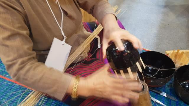 händer att göra en korg i chiangmai, thailand - halmslöjd bildbanksvideor och videomaterial från bakom kulisserna
