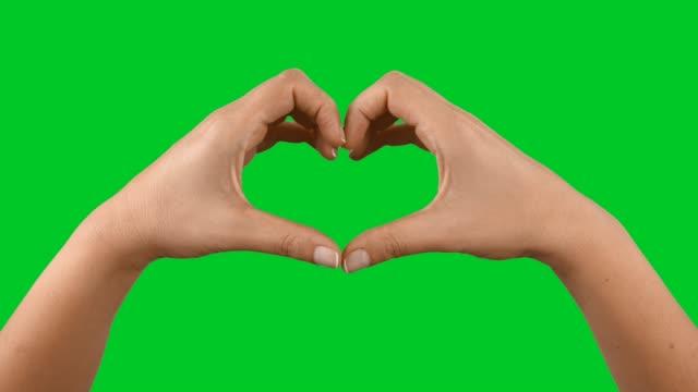 händer att göra hjärta form på färgtransparens - hjärtform bildbanksvideor och videomaterial från bakom kulisserna